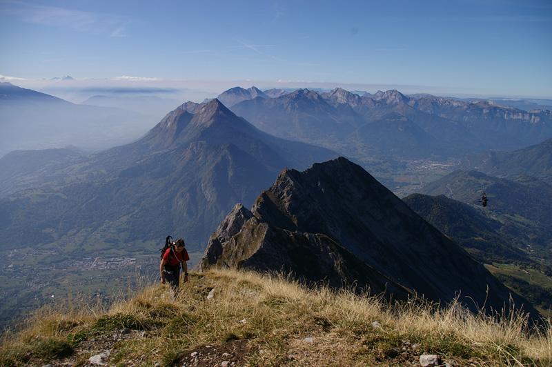 Céline arrive au sommet, les Aiguilles du Mont et les Bauges de toile de fond