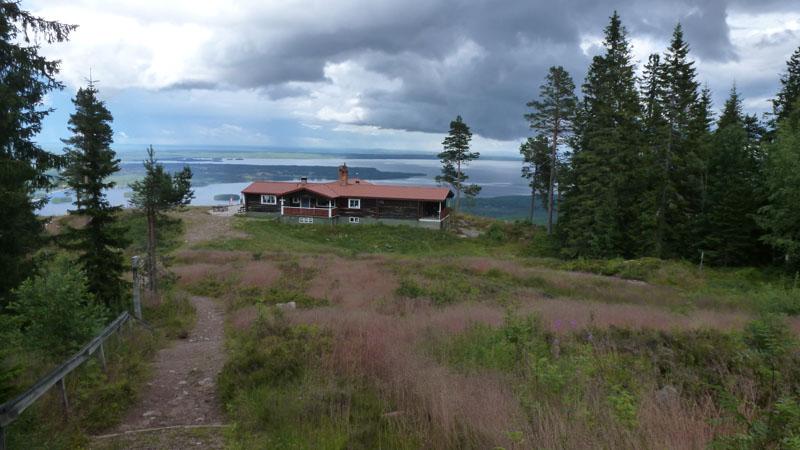 le restaurant d'altitude avec en arrière plan le lac de Siljan et l'île de Sollerön