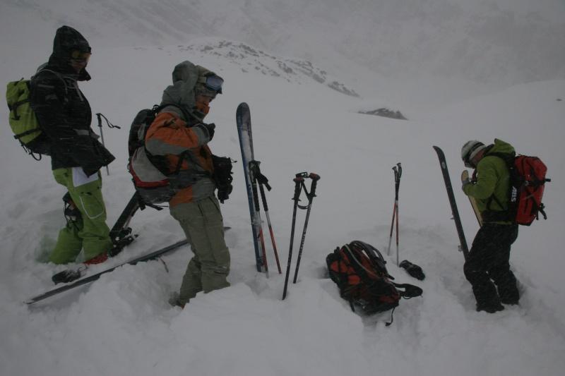 Antonin, Benoît et Julien se préparent pour la descente