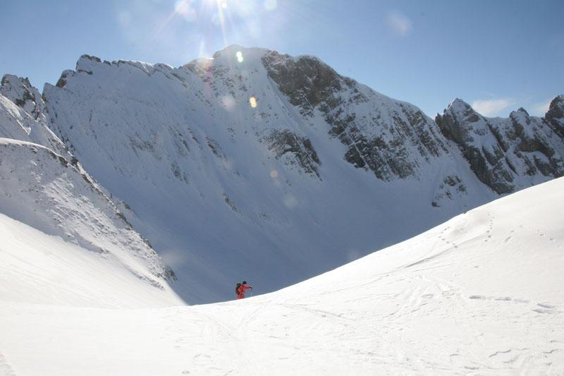 Antoine arrive au pied la Petite Miaz, le Mont Fleuri en toile de fond