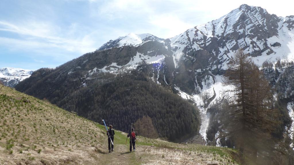 le retour au parking skis sur le dos avec en face l'Aiguille