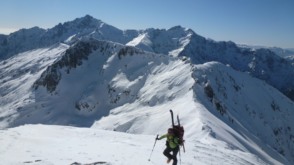 Nico sur l'arête menant à la Pointe de Pinzi Corbini avec le Monte d'Oro en toile de fond