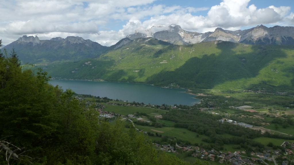 le bout du lac d'Annecy avec les Dents de Lanfon et la Tournette depuis l'Oratoire du Taillefer