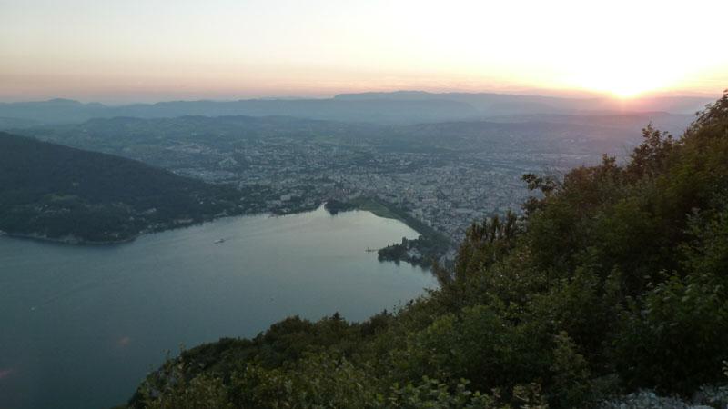 couché de soleil sur Annecy et son lac depuis le col des Sauts