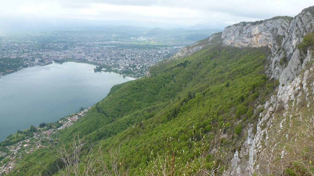 Annecy, son lac et la barre du Veyrier depuis l'ancien téléphérique