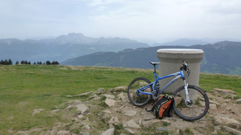 la table d'orientation du sommet avec vue sur la Tournette