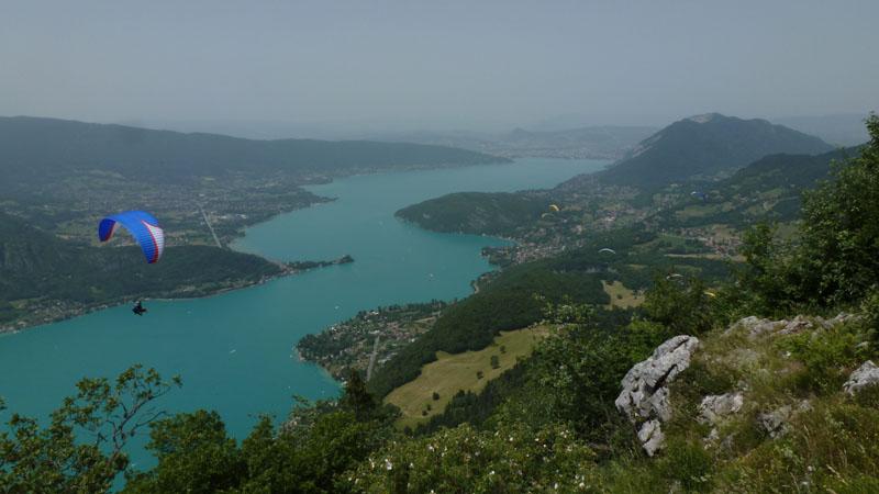 le lac d'Annecy depuis l'aire de décollage de la Forclaz