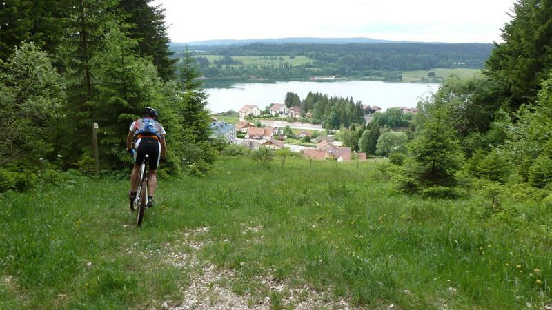 Raph à la descente vers Malbuisson avec vue sur le Lac de Saint Point