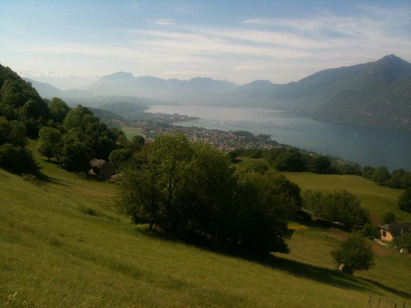 vue sur le lac du Bourget dans la descente vers les Granges de Brison